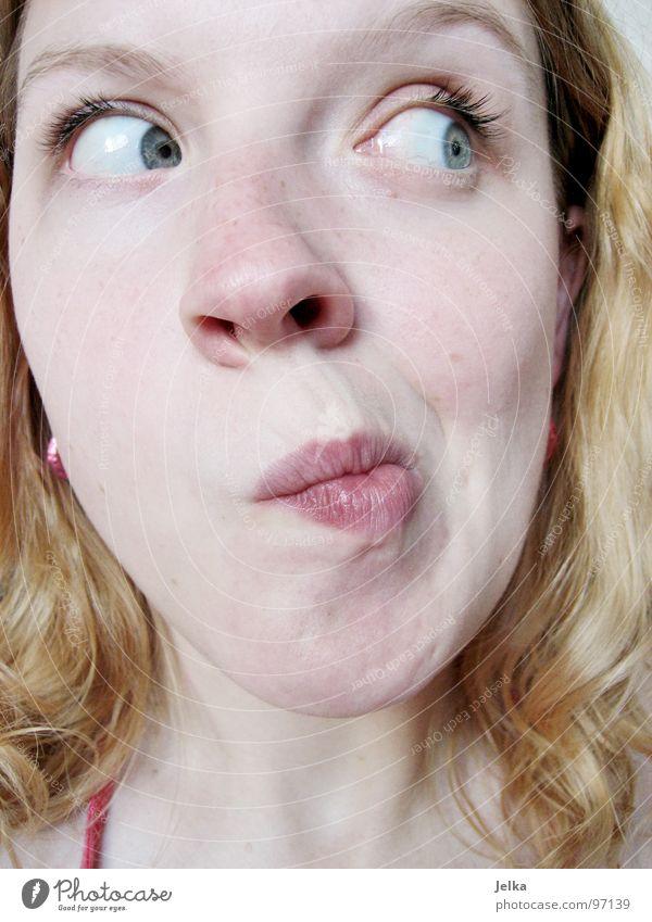 schief ist besser als schräg Mensch Frau blau Gesicht Erwachsene Auge Haare & Frisuren blond Mund Nase Locken Gesichtsausdruck Neigung Wange Grimasse lockig