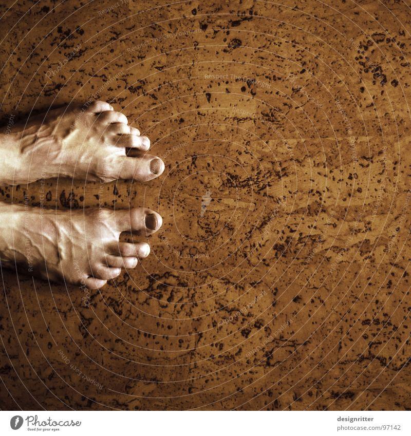 ... und los! alt Fuß braun Bodenbelag stehen Zehen Bildausschnitt Gefäße Monochrom Kork Blutdruck Zehenspitze
