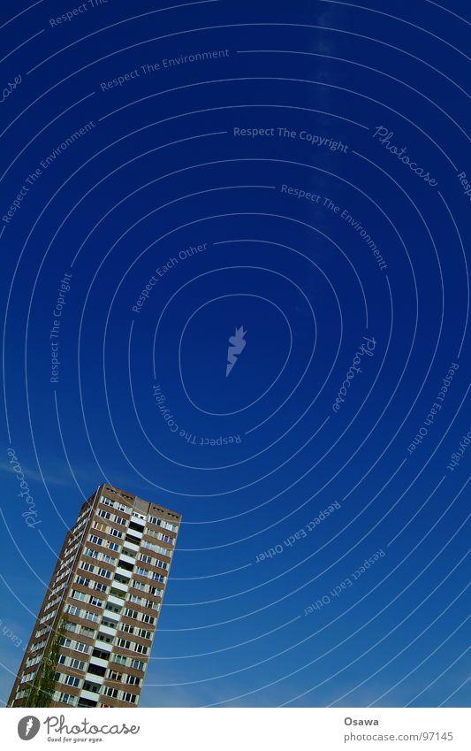 Sozialstaat in Schieflage Himmel blau Haus Berlin Fenster Gebäude Wohnung Beton Hochhaus verrückt Fassade Häusliches Leben DDR Schönes Wetter