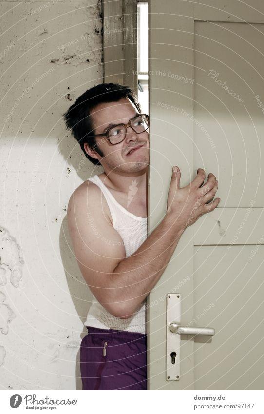tscheining Mann Kerl Unterhemd Brille Bart Angst Tür Haare & Frisuren Kellertür aufmachen Vorsicht nerdig Freak Misstrauen Spaßvogel lustig Witz Ein Mann allein
