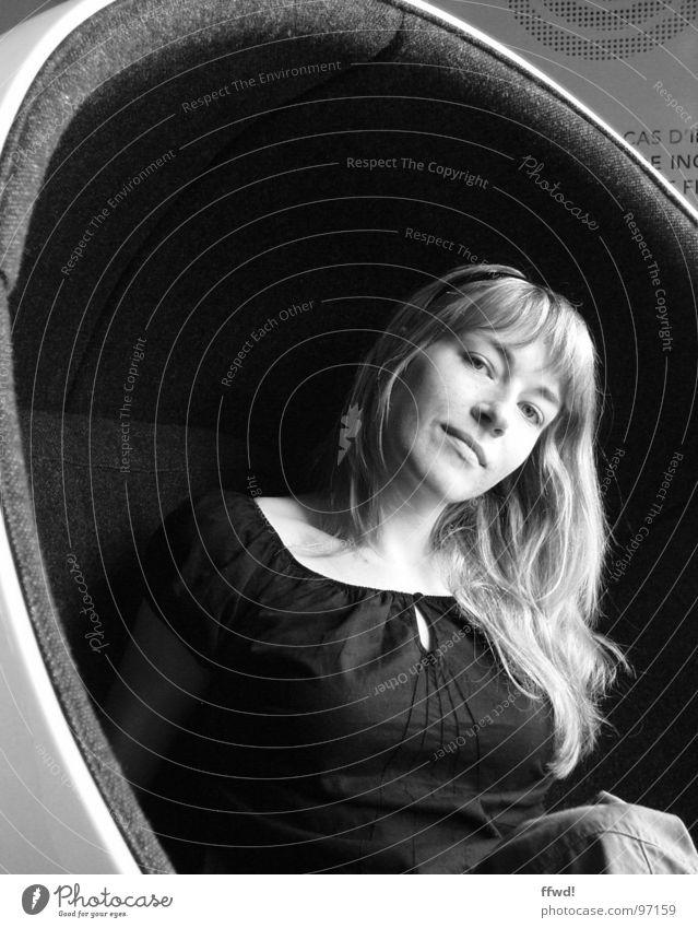 Flashback Porträt Schwarzweißfoto schwarz Frau feminin Gesicht Blick Mensch Stil Design Siebziger Jahre retro Sessel Stuhl sitzen Möbel woman female Eero Aarnio