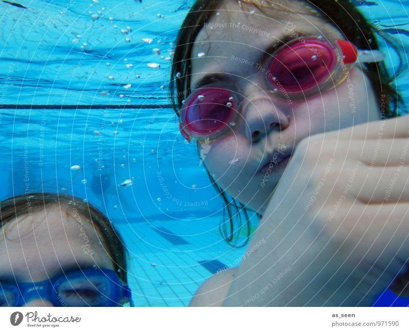 Abtauchen Mensch Kind Ferien & Urlaub & Reisen blau Sommer rot Mädchen Freude Leben Schwimmen & Baden Wasserfahrzeug Freundschaft Familie & Verwandtschaft authentisch Kindheit nass