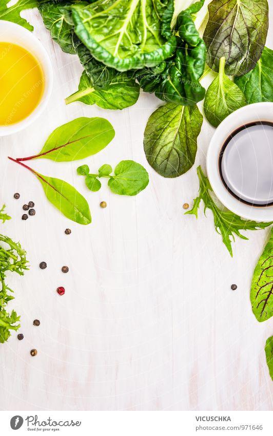 Blattsalat mit Dressings machen. Lebensmittel Gemüse Salat Salatbeilage Kräuter & Gewürze Öl Ernährung Mittagessen Abendessen Festessen Bioprodukte
