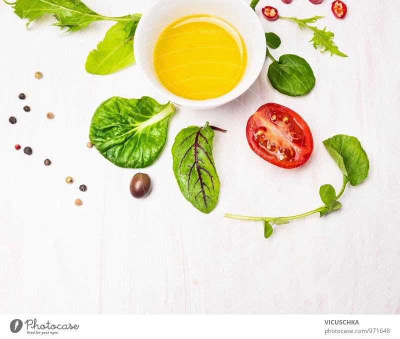 Salat Blätter mit Dressing, Oliven und Tomaten Gesunde Ernährung Stil Lebensmittel Design Fitness Kräuter & Gewürze Gemüse Bioprodukte Schalen & Schüsseln Diät