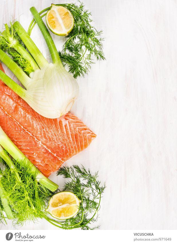 Rohes Lachsfilet mit grünen Kräutern und Zitrone weiß Gesunde Ernährung Stil Holz Hintergrundbild Lebensmittel Foodfotografie Design Tisch