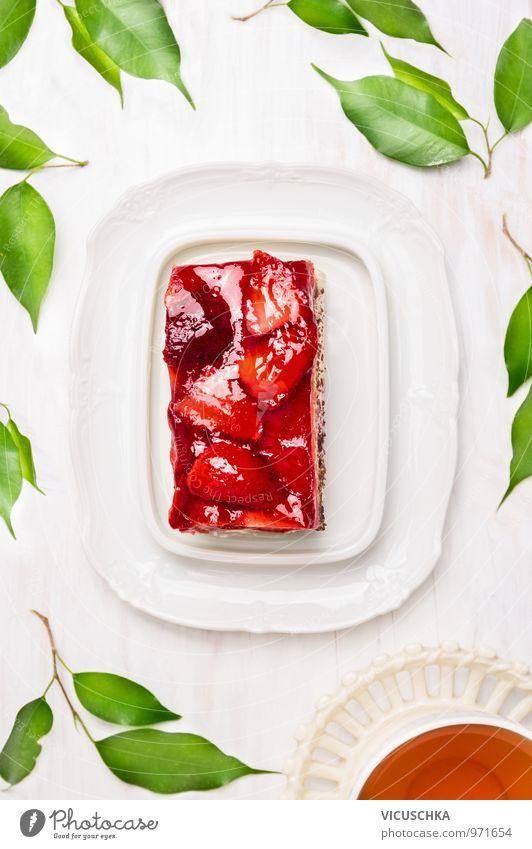 Stück Kuchen mit Erdbeeren und Tasse Tee Lebensmittel Frucht Dessert Ernährung Kaffeetrinken Festessen Vegetarische Ernährung Diät Getränk Geschirr Stil Design