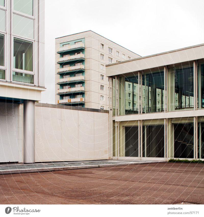 Real existierende Baukunst Haus Berlin Fenster Architektur Glas Fassade Ecke Häusliches Leben Mitte Balkon Hauptstadt Alexanderplatz Denkmalschutz Karl-Marx-Allee