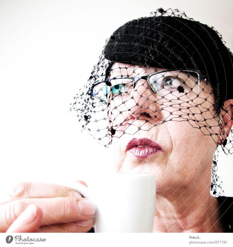 altes Gegenlicht-Mädchen Kaffeetrinken Espresso Tasse Stil Restaurant Frau Erwachsene Weiblicher Senior Gesicht 1 Mensch 45-60 Jahre Brille Hut Denken Kitsch