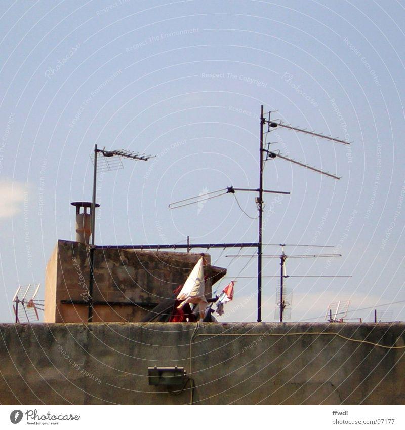 Waschkanal Antenne Dach Wäscheleine trocknen Bekleidung Waschtag Dachterrasse Elektrisches Gerät Technik & Technologie Fernsehen Himmel Seil Begrüßung
