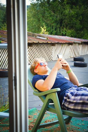 Relax Lifestyle Zufriedenheit Erholung Sommer Liegestuhl Handy PDA Unterhaltungselektronik Informationstechnologie Jugendliche 1 Mensch 13-18 Jahre Kind