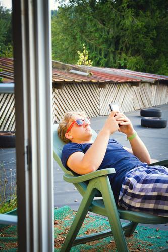 Relax Mensch Kind Jugendliche Sommer Erholung 18-30 Jahre Fenster Erwachsene Lifestyle liegen Zufriedenheit 13-18 Jahre frei Kommunizieren Dach T-Shirt