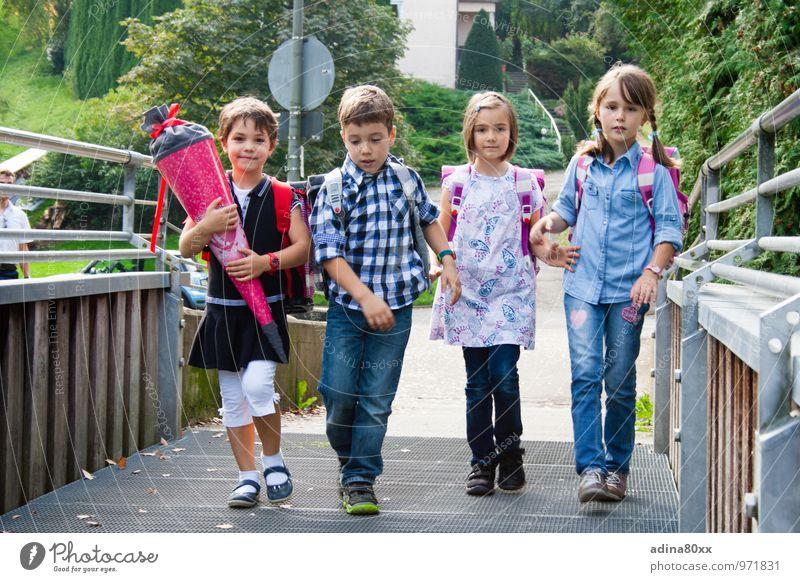 Einschulung, Erster Schultag Kindererziehung Bildung Schule lernen Schulkind Schüler Geschwister Freundschaft 4 Mensch laufen Zusammensein selbstbewußt