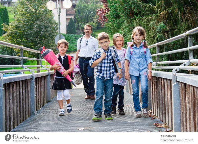 Schulkinder, erster Schultag Kindererziehung Bildung Schule Schüler Vater Erwachsene Familie & Verwandtschaft Freundschaft laufen lernen Optimismus