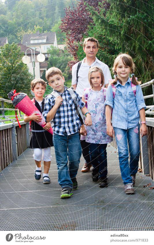 Auf zur Schule! Mit gemischten Gefühlen... Kindererziehung Bildung lernen Schulkind Schüler Mann Erwachsene Familie & Verwandtschaft Freundschaft 5 Mensch Mut