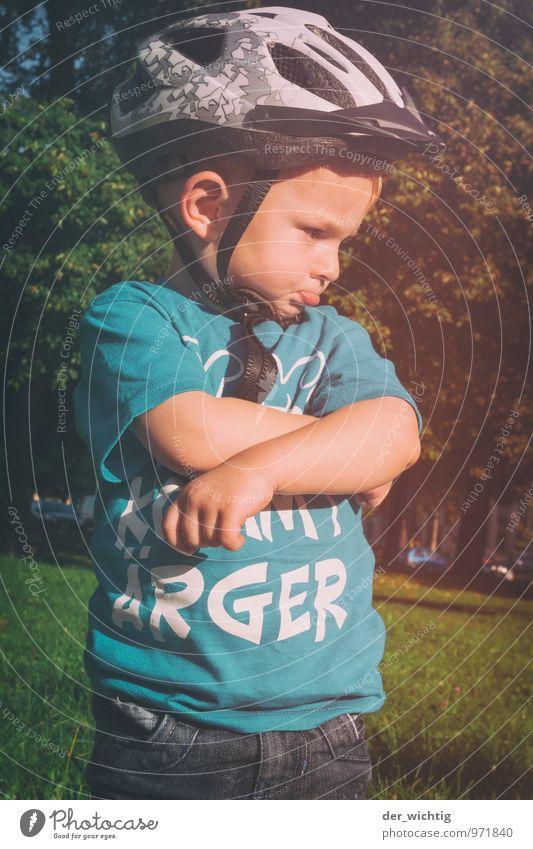Lass mich!!! Kinderspiel Sonne Sport Fahrradfahren Mensch maskulin Junge Kindheit 1 3-8 Jahre Sommer Schönes Wetter Baum Gras Sträucher T-Shirt Jeanshose Helm