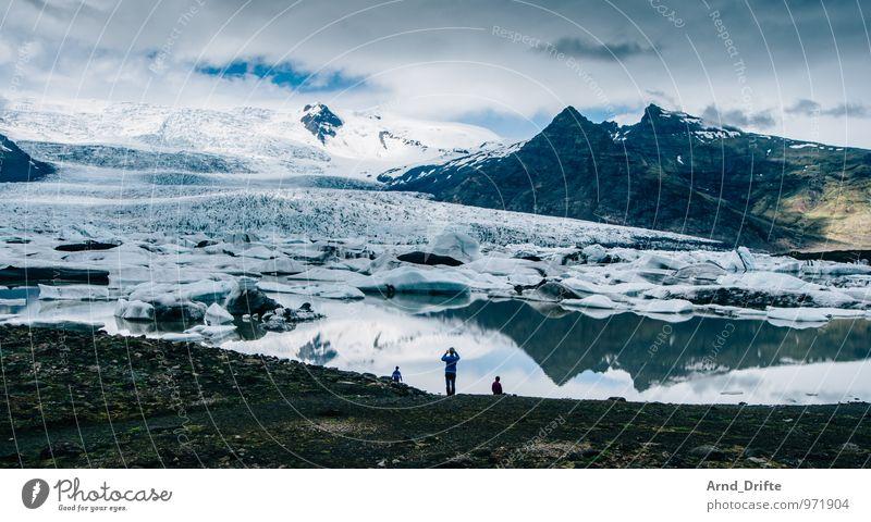 Island Jökulsárlón Mensch Natur Ferien & Urlaub & Reisen blau Landschaft Wolken Ferne Berge u. Gebirge Schnee Glück Freiheit See Felsen Luft Wetter Erde