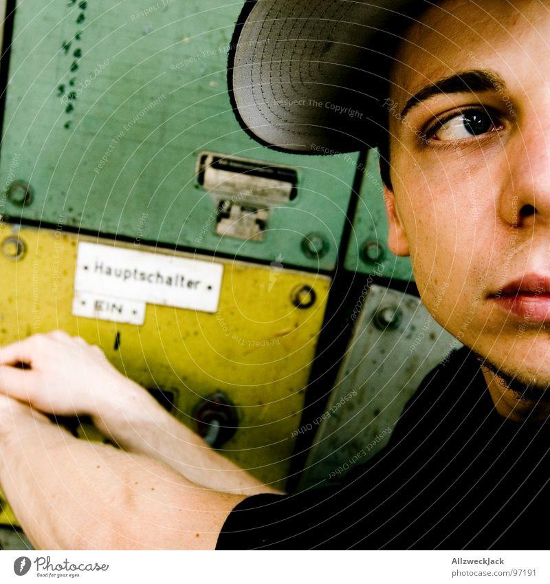 Der Anmacher Mann grün gelb Metall maskulin Elektrizität Macht Kabel Konzentration verfallen Kasten Mütze Schalter töten ausschalten Elektronik