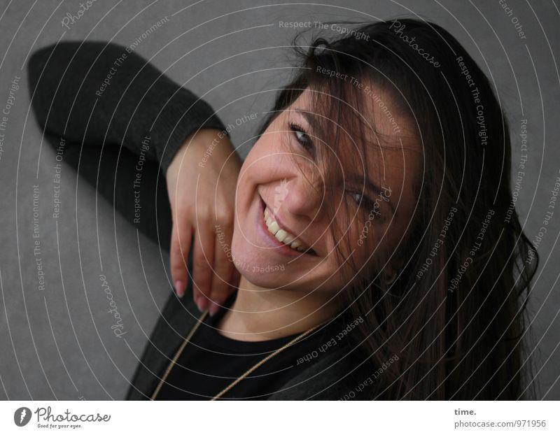 . Mensch Jugendliche schön Junge Frau Freude Wand Leben Bewegung feminin Mauer lachen Fröhlichkeit Lächeln Lebensfreude Leidenschaft Wachsamkeit