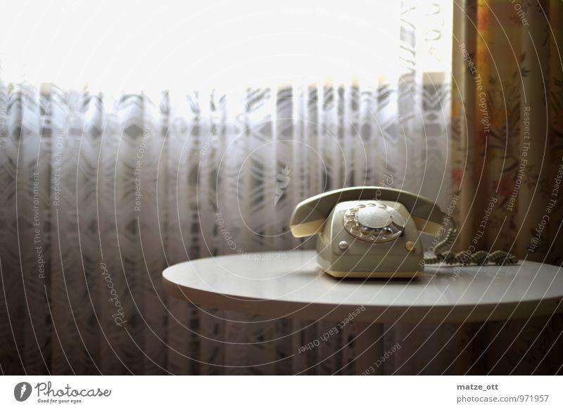 Anruf aus der Vergangenheit - Teil 2 alt Fenster Senior Innenarchitektur sprechen Wohnung Raum Häusliches Leben Technik & Technologie Tisch Kommunizieren