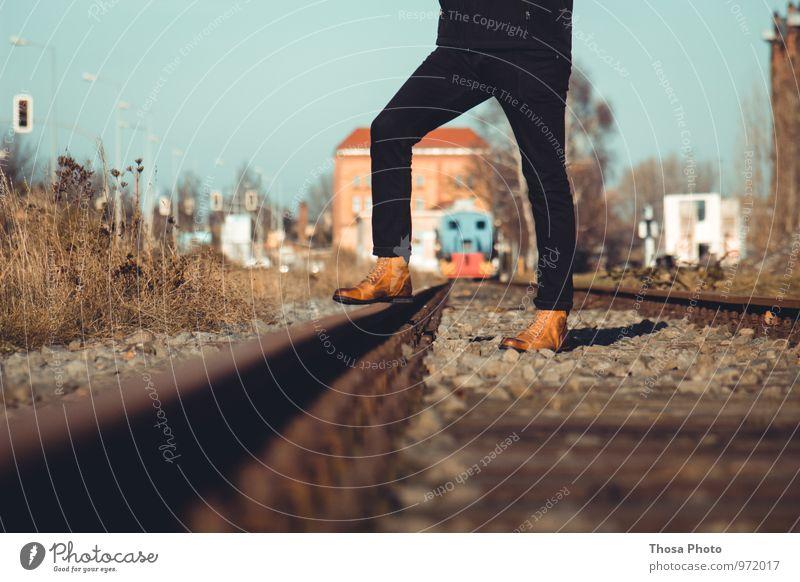 Entgleist Sonne trendy Gleise Eisenbahn Bahnhof Stiefel schwarz Magdeburg Hafen Beleuchtung Farbfoto