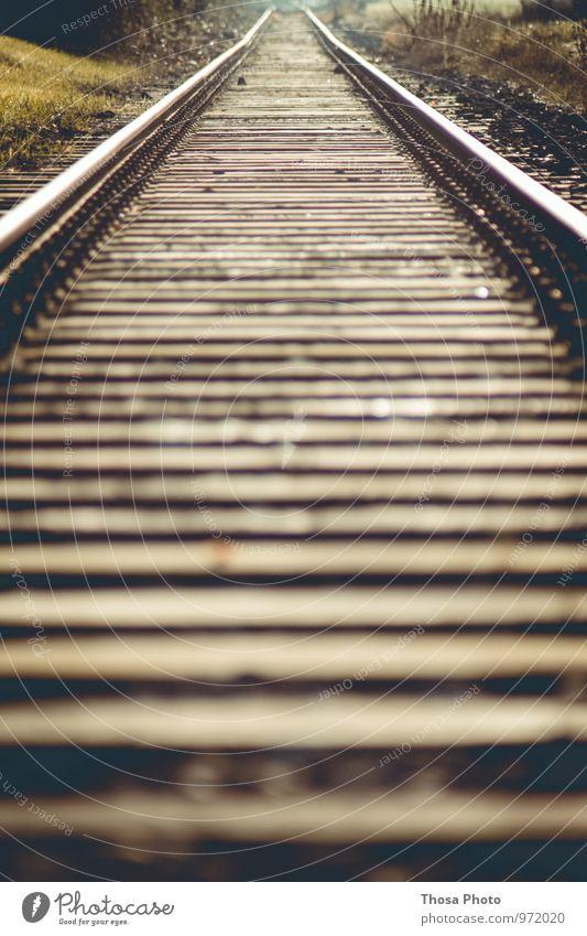 Gleis 5 Stadt alt Wege & Pfade Holz grau Eisenbahn Unendlichkeit Industriefotografie Rost Holzbrett Stahl Gleise parken schrauben