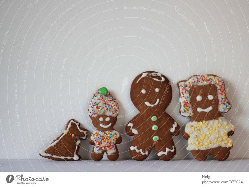 Figuren Mutter, Vater, Kind und Hund gebacken aus Lebkuchen , mit Zuckerguss und bunten Streuseln verziert, stehen vor weißem Hintergrund Lebensmittel Teigwaren