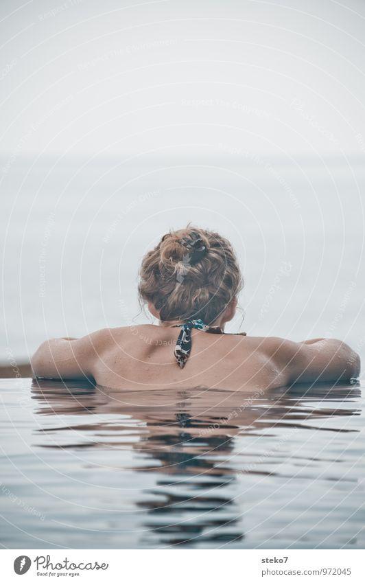 ausruhen Junge Frau Jugendliche Haare & Frisuren Rücken 1 Mensch 18-30 Jahre Erwachsene Meer Schwimmen & Baden Erholung genießen Blick Kraft Sehnsucht