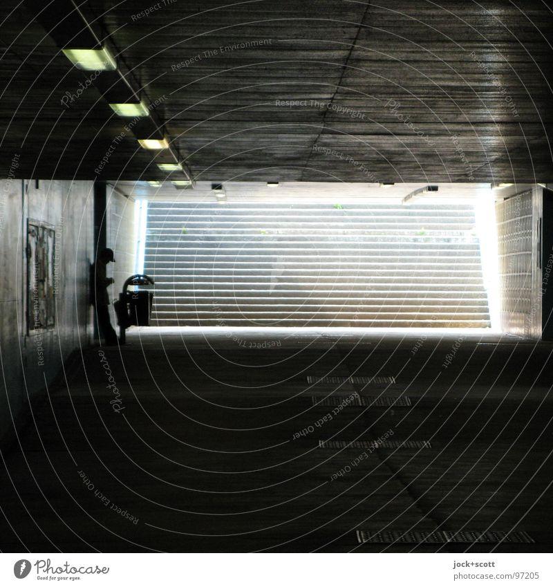 Benommen Mensch Stadt ruhig dunkel Wege & Pfade Linie hell Stimmung Treppe modern stehen warten Beton Streifen Gelassenheit Verkehrswege