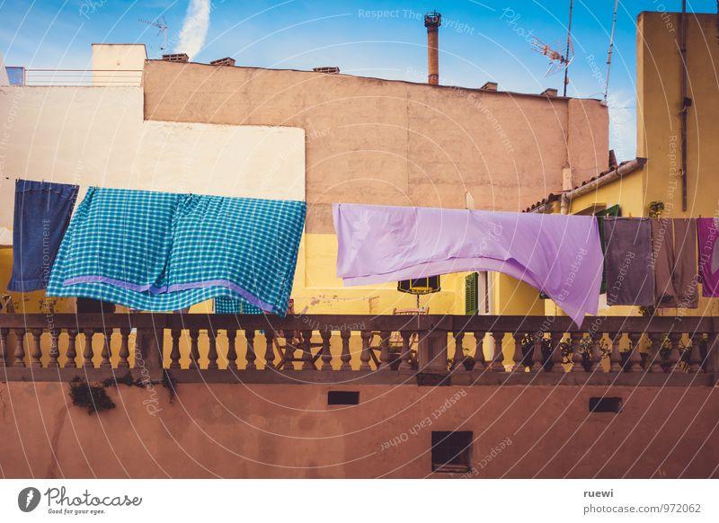 Abhängen Ferien & Urlaub & Reisen Sommer Häusliches Leben Wolkenloser Himmel Klima Schönes Wetter Haus Mauer Wand Fassade Bekleidung Stoff Wäsche Wäscheleine