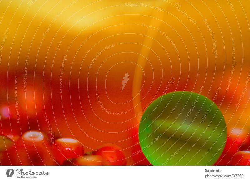 Planeten im Winzformat II winzig grün klein Glasperle Stoff Nähgarn Kunststoffperle Makroaufnahme Nahaufnahme Perle orange Chiffon