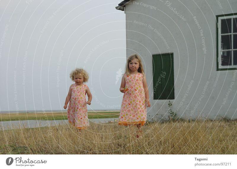 sunshine girls Mädchen Kind Strand Sommer Kleid Meer Gras Küste Haus blond lang klein gehen stehen Freude Zusammensein 2 Gelassenheit parallel Unbeschwertheit