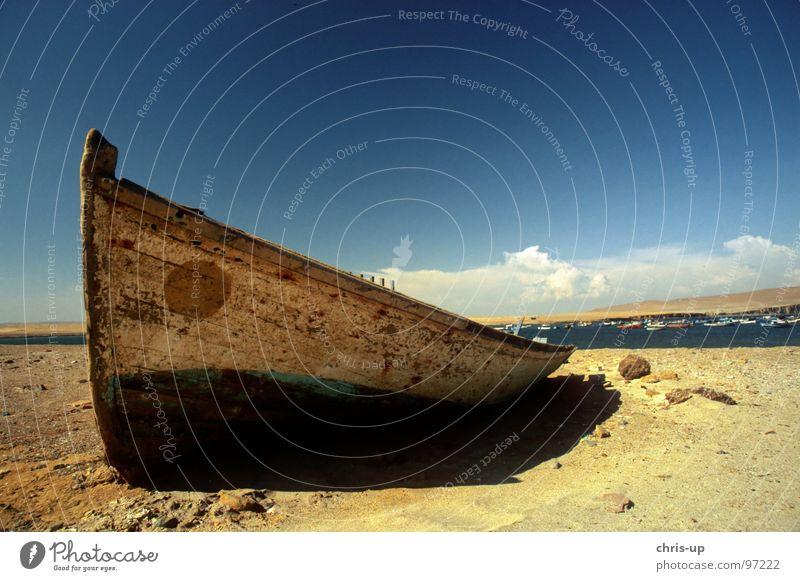 Fischerboot I Wasserfahrzeug Schrott kaputt Angeln Angler Meer Strand See gestrandet Wolken Peru Südamerika Küste Nationalpark türkis Pirat Einsamkeit Gedanke