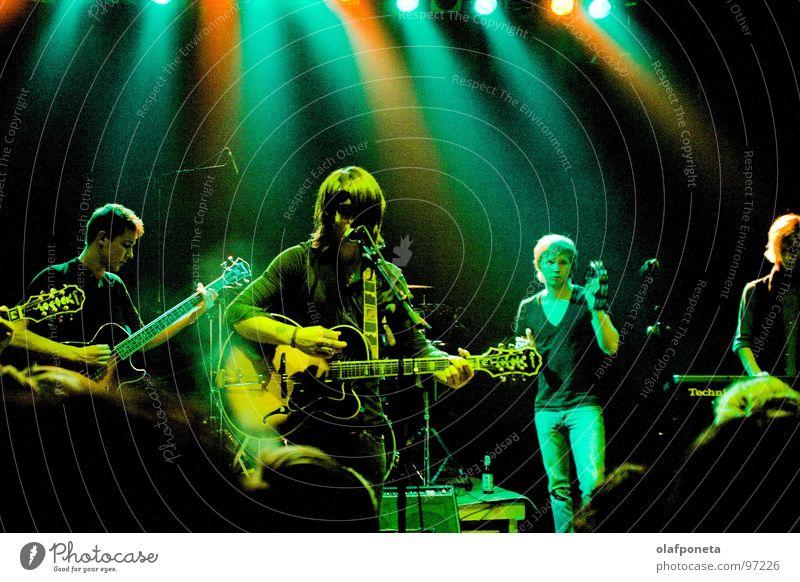 Blue Angel Lounge grün rot gelb dunkel Spielen Stimmung Musik orange mehrere Kabel Show Musikinstrument Schnur Konzert Rockmusik Gitarre