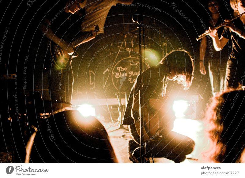 Blue Angel Lounge - Nils weiß gelb dunkel Spielen Stimmung Musik orange mehrere Kabel Show Schnur Konzert Rockmusik Gitarre Ruhrgebiet Stiefel