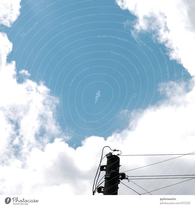 Stromlinienförmig eins Wolken Elektrizität weiß Strommast Himmel blau Kabel Technik & Technologie