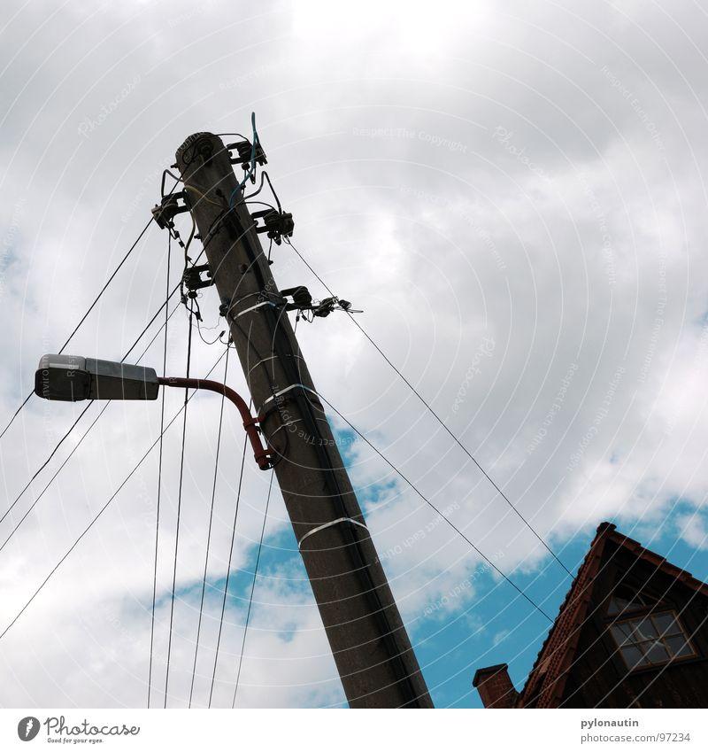stromlinienförmig zwei Wolken Elektrizität weiß Strommast Haus Straßenbeleuchtung Laterne grau Himmel blau Kabel Technik & Technologie