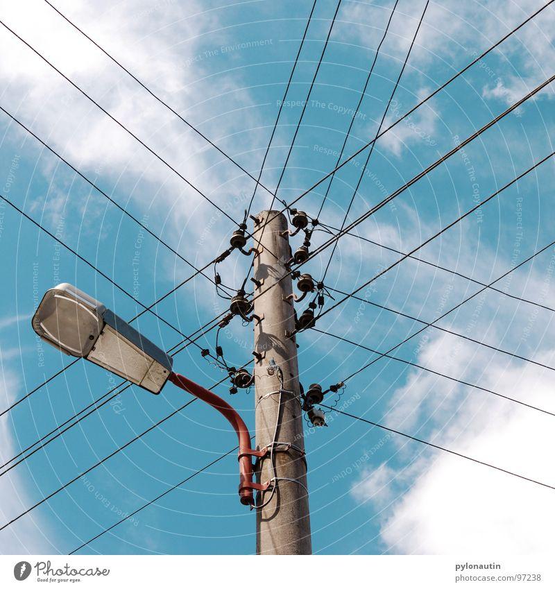 stromlinienförmig vier Himmel weiß blau Wolken Elektrizität Technik & Technologie Kabel Laterne Strommast Straßenbeleuchtung