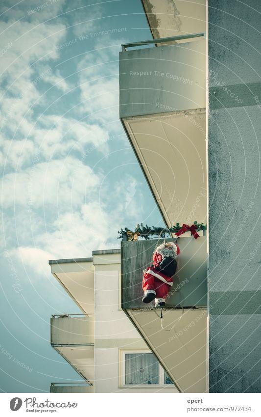 Trojaner Wohnung Haus Weihnachten & Advent Weihnachtsmann Dieb Mauer Wand Fassade Balkon Kostüm festhalten hängen Kitsch lustig Stadt Ausdauer bizarr skurril