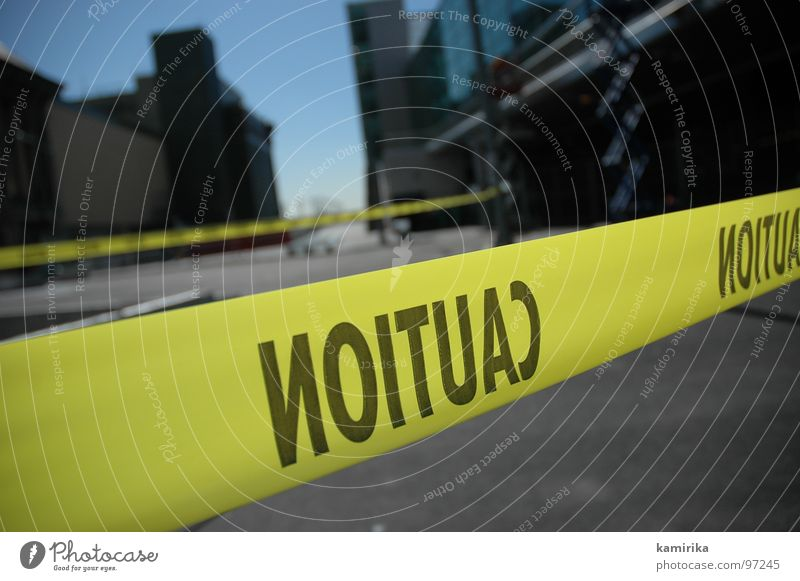 NOITUAC Barriere Baustelle Sicherheit gelb Unfall gefährlich Bürgersteig Umleitung Stadt New York City Amerika Spiegel Verkehr caution Respekt