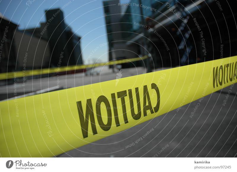NOITUAC Stadt gelb Straße Architektur Verkehr gefährlich Sicherheit Baustelle bedrohlich USA Spiegel Schnur Bürgersteig Amerika Barriere Respekt