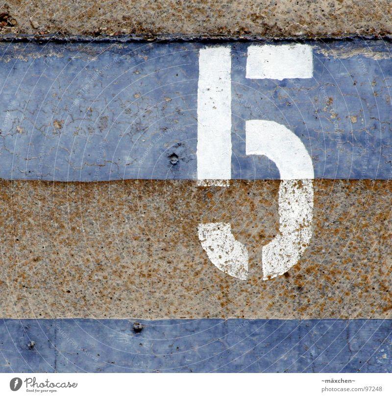 fünf, five, cinq, cinco, vijf,... 5 Ziffern & Zahlen weiß braun Mauer Teilung Platz zählen Verkehrswege cinque &#960 &#941 &#957 &#964 &#949 white blau Rost