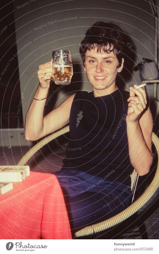 heut feier ich Mensch Jugendliche schön Junge Frau Freude 18-30 Jahre Erwachsene lachen Feste & Feiern Party Fröhlichkeit Lächeln retro trinken Rauchen Bier