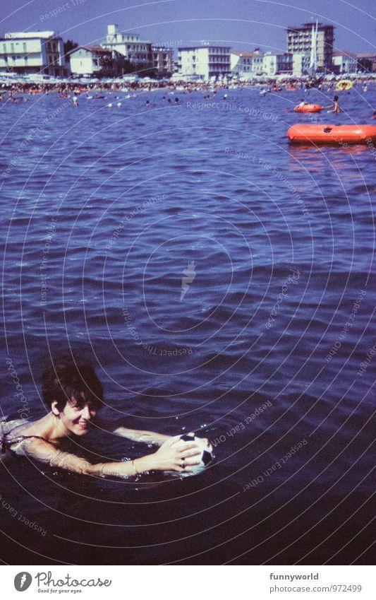 Adriaspaß Ferien & Urlaub & Reisen Tourismus Sommerurlaub Meer Wellen feminin Junge Frau Jugendliche 1 Mensch Menschenmenge lachen Schwimmen & Baden retro