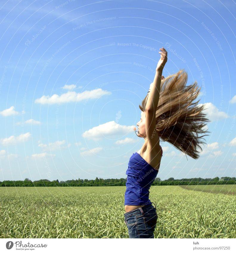 Spuerst du den Sommer? Wolken himmelblau Insekt Schweben Luft Windzug wo Feld grün Weizen groß mehrfarbig springen Schwung Mädchen Frau Ferne Jugendliche Himmel