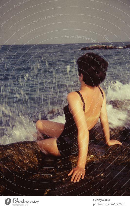 oooooooooh Gischscht! Mensch Frau Ferien & Urlaub & Reisen alt Sommer Meer Erwachsene Freiheit Stein Wellen sitzen bedrohlich Abenteuer retro Erfrischung Sommerurlaub