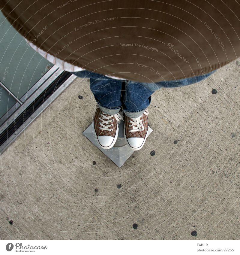 Chucks ganz unten Mann Jugendliche blau braun Schuhe fliegen Beton Perspektive Bekleidung Bodenbelag Jeanshose Punkt Übergewicht Hose dick