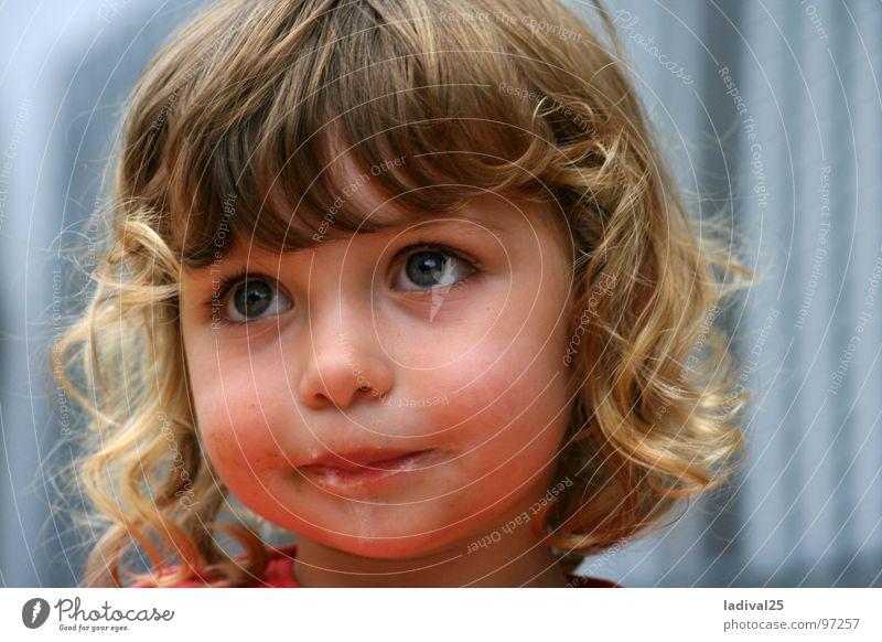 i love icecream Kind Freude Mädchen Auge klein Eis blond Frost Kleinkind Locken Dessert Gesicht Kaffeetrinken
