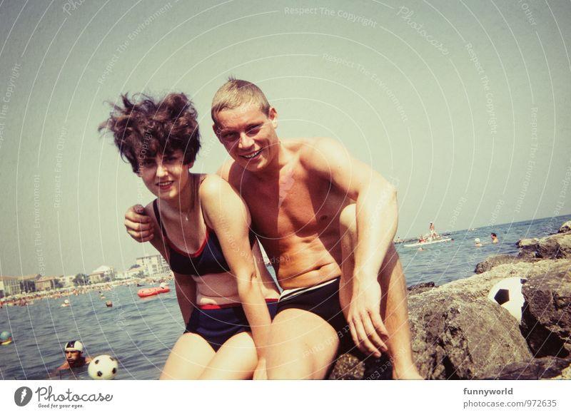 wir. zwei. Ferien & Urlaub & Reisen Sommerurlaub Meer Junge Frau Jugendliche Junger Mann Paar Partner 2 Mensch 18-30 Jahre Erwachsene berühren retro