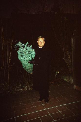 Er hat den Weihnachtsbaum Weihnachten & Advent Mann Erwachsene wählen Stolz Freude Tanne sortieren Farbfoto Außenaufnahme Textfreiraum oben Nacht