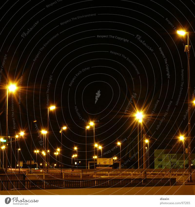 Dead City Lights Farbfoto Außenaufnahme Menschenleer Textfreiraum oben Nacht Kunstlicht Licht Langzeitbelichtung Brücke Verkehr Verkehrswege Straßenverkehr